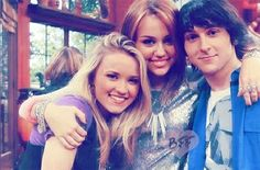 Emily Osment, Miley Cyrus and Mitchel Musso Mitchell Musso, Hannah Miley, Old Disney Channel, Baby Emily, Young & Hungry, Emily Osment, Friends Moments, Somebody To Love, Debby Ryan