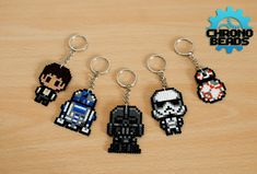 Articles similaires à Star Wars – ORIGINAL DESIGN – Star Wars Day – Darth Vader Stormtrooper Han Ian Solo – Keychain – hama beads – perler beads – stand sur Etsy Perler Bead Designs, Hama Beads Design, Pearler Bead Patterns, Diy Perler Beads, Perler Bead Art, Perler Patterns, Pearler Beads, Fuse Beads, Hama Mini
