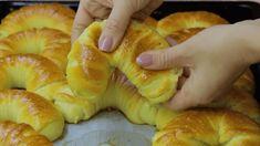 Hrnkový recept na ty nejměkčejší rohlíky, které jsou jemné jako pavučinka: Těsto je neskutečné. Tenhle recept musíme rozhodně vyzkoušet! – mujrecept Czech Recipes, Ethnic Recipes, Bread Recipes, Cooking Recipes, Bread Dough Recipe, Bread And Pastries, Home Baking, Biscuit Cookies, Bread Rolls
