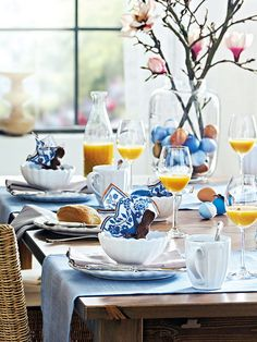Easter eggs, chocolate bunnies, and a simple blue and white color theme make for a beautiful and relaxing Easter breakfast table. Image via Arhitekturaplus. Easter Table Settings, Easter Table Decorations, Decoration Table, Easter Decor, Easter Ideas, Centerpiece Ideas, Easter Centerpiece, Breakfast Table Setting, Table Design