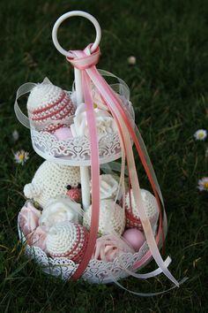 Etagere mit gehäkelten Eiern und Küken