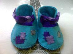 ¡¡Alamares.!!Suaves, divertidos y originales zapatucos para bebes, Realizados en fieltro con apliques en diferentes telas, hilos y lanas. Elaboración totalmente artesanal. Cortar, coser, pintar y cantar.