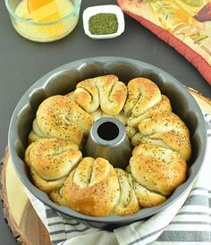 Easy One Hour Pull-Apart Garlic Rolls are infused with the flavors of garlic and herbs. How to make One Hour Pull-Apart Garlic Rolls from scratch No Dairy Recipes, Vegetarian Recipes, Cooking Recipes, Vegan Meals, Bread Recipes, Pull Apart Garlic Rolls, Popular Appetizers, Vegan Baking, Dinner Rolls