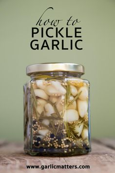 How to pickle garlic? Fill jars with raw garlic, seasoning and brine, put lids on and simmer for 15 min. Pickled Garlic, Pickled Eggs, Raw Garlic, Carrots And Potatoes, Garlic Recipes, Yummy Recipes, Vegan Recipes, Scones Ingredients, Fermented Foods
