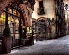 El café Els Quatre Gats se ubica en la calle Montsió, Barcelona. Aquí se organizaron exposiciones de arte (las dos primeras de Pablo Picasso fueron en febrero y julio de 1900), y veladas literarias y musicales.