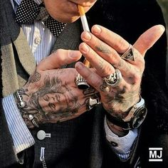 Sugerencia para hombres: anillo masculino – Jack's Outfit – - Morning Tutorial and Ideas Suits And Tattoos, Trendy Tattoos, Love Tattoos, Hand Tattoos, Tattoos For Guys, Tatoos, Ootd Men, Mens Ring Designs, Smoking Is Bad