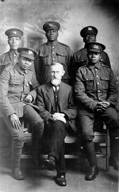 The Working Lads Institute was the first of its kind in London to admit black people and Rev Thomas Jackson, the founder, is pictured here with five soldiers at the time of World War I [Whitechapel Mission] British Black History, Black History Facts, World War One, First World, Fosse Commune, African Diaspora, African American History, American Women, Celebrities