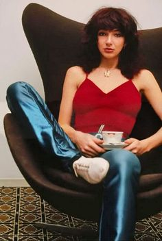 Kate Bush rockin' those disco pants and coffee circa 1979 Women Of Rock, Disco Pants, Female Singers, Celebs, Celebrities, Red And Blue, Photoshoot, Lady, Vintage Rock