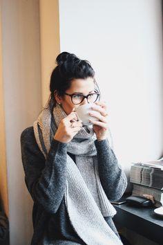 """Wenn ich eines am Winter richtig liebe, dann ist es das """"Reinkommen"""".Nach einemstressigen Tag oder einem langen Spaziergang in der Kälte gibt es nichts Besseres, als eine heiße Tasse Kakaound eine gemütliche Ecke im Café. Mein Lieblingsplatz für den meistens grauen und kalten Berliner Winter ist dasSankt Oberholzam Rosenthaler Platz in Mitte.Nach den Outfitshootings wärmen …"""