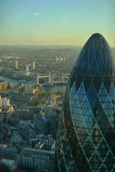 14:33 - Gherkin/30 St Mary Axe, Tower of London and Tower Bridge