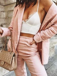 Pink suit for the summer | White bralette | Summer look | Inspo | More on fashionchick.nl