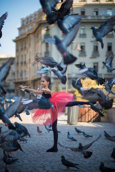 A kis balerina Bukarest utcáin táncol - fotók