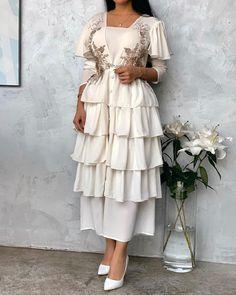 Retro dress with layers Arab Fashion, Mod Fashion, Muslim Fashion, Indian Fashion, Sporty Fashion, Fashion Women, Fashion Trends, Modest Dresses, Simple Dresses