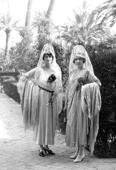 La Reina Victoria Eugenia en Sevilla, en los jardines del Alcázar - la residencia real en uso mas antigua del mundo- acompañada de su cuñada la Marquesa de Carisbrooke (la esposa de su hermano). Es curioso ver a ambas damas de origen británico tocadas con mantilla, esta vez blanca.