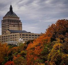 Meanwhile in the #roc  #roccity #rochester #roccity585 #rochesterny #ig_rochesterny #iloveny #upstateny #bestofroc #roctopshots #foliage #fall #kodak #kodakmoment #empirestate #nuevayork #newyork by ao1nacho.ramos