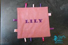Doudou carré personnalisé avec rubans