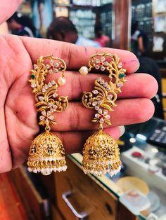 Stunning jumkhis studded with precious stones. Silver Jhumkas, Gold Jhumka Earrings, Jewelry Design Earrings, Gold Earrings Designs, Indian Earrings, Designer Earrings, Indian Jewelry, Vanki Designs Jewellery, Jhumka Designs