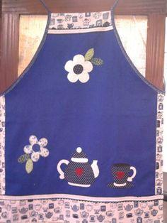 avental feito em brim leve. bordado à mão em patch apliquê. acabamento em viés,tecido..tricoline e sianinha.