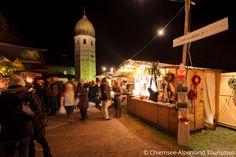 Der Christkindlmarkt auf der Fraueninsel mit der Benediktinerinnen Abtei Frauenwörth im Hintergrund versprüht seinen ganz eigenen Charme.