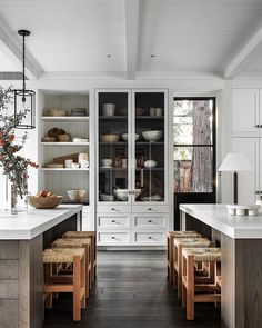 modern farmhouse kitchen with white kitchen cabinets and rustic wood kitchen island, two kitchen islands in large traditional kitchen decor, cottage kitchen design with built in pantry Modern Farmhouse Kitchens, Cool Kitchens, Interior Design Kitchen, Interior Design Living Room, Kitchen Door Designs, Interior Plants, Sweet Home, Cocinas Kitchen, Cuisines Design