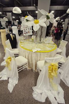 """Oversize Daisies on our """"Lemon Table"""" from Bridal Extravaganza in Atlanta"""