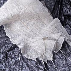 UTILISEZ LE CODE PROMOTIONNEL POUR 10 % SUR TOUT ACHAT DE CETTE ANNÉE: LADYMOTH2016   ÉCHARPE FEUTRÉE HUMIDE QUI PEUT ÊTRE PORTÉ DE MAI DE MANIÈRES DIFFÉRENTES. Correspondance broche feutré humide sera fourni avec le foulard.  Faites de soie laine mérinos fine, fibre de bambou et divers fils. Jai utilisé doux tons pastel de fils pour ajouter de la brillance et texture à laine mérinos ivoire/blanc. Cette pièce est doux, léger et délicat, il peut être lavée dans leau tiède et de détergent... Jai, Fibre, Ivoire, Ajouter, Pastel, Texture, Merino Wool, Bamboo, Headscarves