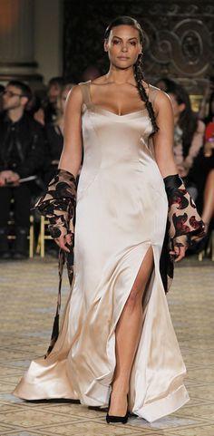 Geschlitztes Abendkleid in Puderrosa | Christian Siriano AW17/18 | Curvy
