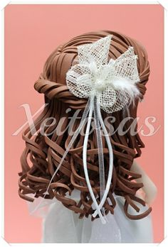 Fofucha de comunión personalizada con tocado  Su vestido está hecho con goma eva y los adornos son lazos y organza.  Este trabajo es de Xeitosas, puedes ver más en: www.xeitosas.com