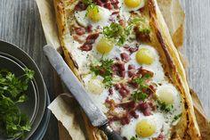 Dans cette recette, les saveurs de fromage, de fumée et d'épices de la garniture s'harmonisent délicieusement avec celle de la pâte feuilletée.