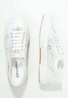 Ein schöner, luftiger Spitzen-Schuh für lässige Romantikerinnen. Superga MACRAMEW - Sneaker - white für 99,95 € (20.12.15) versandkostenfrei bei Zalando bestellen.
