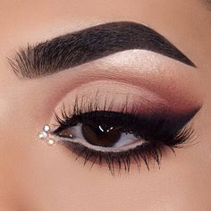 """40.2 mil curtidas, 94 comentários - Morphe Brushes (@morphebrushes) no Instagram: """"Smoked out liner is our fave  @shivangi.11 slaying like she always does using her favorite…"""""""