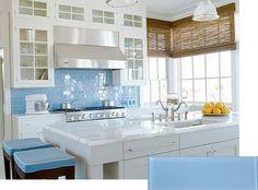 Hvidt Køkken med Mørk Blå Fliser foto - 3