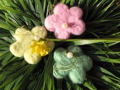 3 Blüten aus Filz zum hängen, rosa,helltürkis,grün von Sonja Sonnenschein auf DaWanda.com