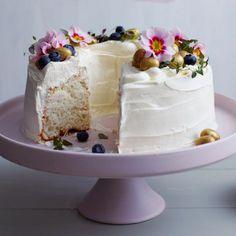 lila Tortenständer sahne creme torte ostern und frühling mit blumen und eiern