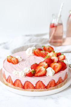 Aardbeienkwarktaart zonder gelatine (vegetarisch) - Strawberry cheesecake/yoghurtcake without gelatine (vegetarian) - Zoetrecepten