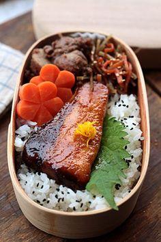 鰤(ぶり)の照り焼き 里芋のそぼろ煮 きんぴらごぼう にんじんの和風グラッセ