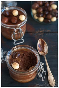 Petits pots de mousse au chocolat noir, sauce caramel beurre salé  (Sans oeufs, sans caramel, sans beurre salé, bref, tout est faux ! Sauf le chocolat...)