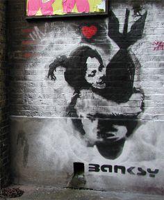 Hace unos días se realizó en la casa de subastas Bonhams de Londres una subasta dedicada al arte urbano, donde se podían encontrar obras de artistas callejeros y diseñadores como el francés Blek le Rat, el británico D-Face o el estadounidense Shepard Fairey. Sin embargo, las obras que más repercusión han tenido son las del misterioso artista británico Banksy.    Hasta 311.434 libras (373.550 euros) alcanzaron sólo entre seis de las obras de Banksy que se sacaron a subasta.