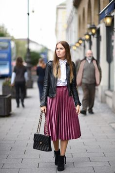 45 Classy Midi Skirt Outfit for Women - Suitable Fashion Ideas for You Pleated Skirt Outfit, Casual Skirt Outfits, Edgy Outfits, Dress Outfits, Fashion Outfits, Midi Skirts, Work Outfits, Spring Outfits, Leather Midi Skirt