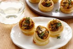 Mushroom and thyme vol-au-vents - Homemade vol-au-vents stuffed with mushrooms are the perfect way to get your party started. Retro Recipes, Gourmet Recipes, Vegetarian Recipes, Ethnic Recipes, Finger Food Menu, Party Finger Foods, Vol Au Vent, Appetizers For Party, Appetizer Recipes