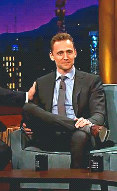 """""""@TWHiddleston salutes his #Hiddlestoners what a gent!"""" Video: https://twitter.com/whipclip/status/724833841500815360"""