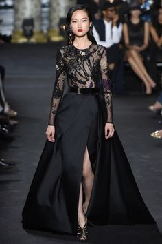 The complete Elie Saab Fall 2016 Couture fashion show now on Vogue Runway. The complete Elie Saab Fall 2016 Couture fashion show now on Vogue Runway. Style Haute Couture, Couture Fashion, Runway Fashion, High Fashion, Fashion Show, Fashion Design, Paris Fashion, Fall Fashion, Outfit