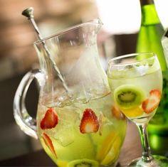 Sangria de saquê: veja como fazer drink refrescante e leve Malibu Drinks, Bar Drinks, Cocktail Drinks, Cold Drinks, Beverages, Milk Shakes, Drinks Alcohol Recipes, Alcoholic Drinks, Raspberry Ice Tea Recipe