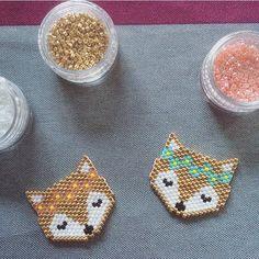 Miyuki fox heads with flowers Beaded Jewelry Designs, Seed Bead Jewelry, Seed Bead Patterns, Beading Patterns, Miyuki Beads, Pearl Beads Pattern, Brick Stitch Earrings, Diy Perler Beads, Beaded Animals