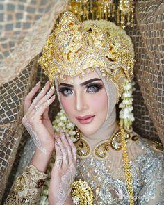 Hijabi Wedding, Kebaya Wedding, Muslimah Wedding Dress, Hijab Wedding Dresses, Wedding Poses, Bridal Dresses, Indonesian Wedding, Foto Wedding, Bridal Pictures