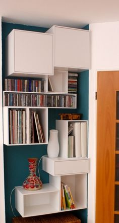 Exploiter des petits endroits dans la maison pour en faire une bibliothèque murale: utilisation de casiers modules à disposer selon ses besoins.