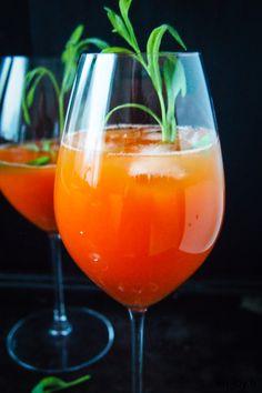 Kolme kivaa cocktailia /// Kolme pirteää cocktailia porkkanasta! Valitse omaan makuusi ja tilanteeseen parhaiten passaava alkoholittomasta, ginillä tai kuohuviinillä täydennetystä vaihtoehdosta. Alcoholic Drinks, Cocktail, Wine, Glass, Food, Liquor Drinks, Alcoholic Beverages, Drinkware, Meals