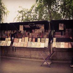 bouquinistes sur les quais de la Seine à Paris