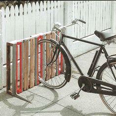 Drie fietsen passen er in dit zelfgemaakte rek van een pallet.