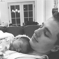 Non so se è più cucciolo lui o il bambino ❤️ #cute #charlieputh